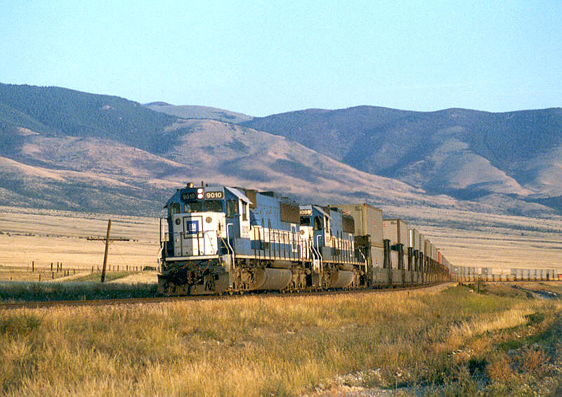 Oakway 9010 at Townsend, MT on the MRL on 15 July 1990.jpg
